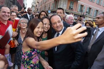 Francois-Hollande-avec-des-touristes-chinois-a-Nice-en-septembre-2013