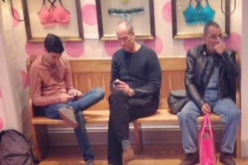 Miserable Men, les hommes qui attendent leur copine qui fait du shopping