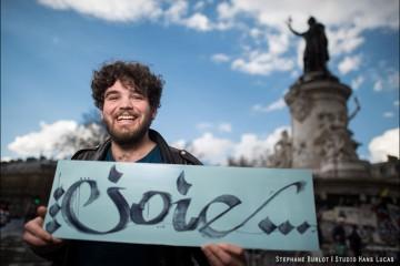 """Portrait de Ludo, youtuber de Osons causer, réalisé dans le cadre de la Nuit Debout - Paris, avril 2016 """"La joie est le plus puissant des arguments""""."""