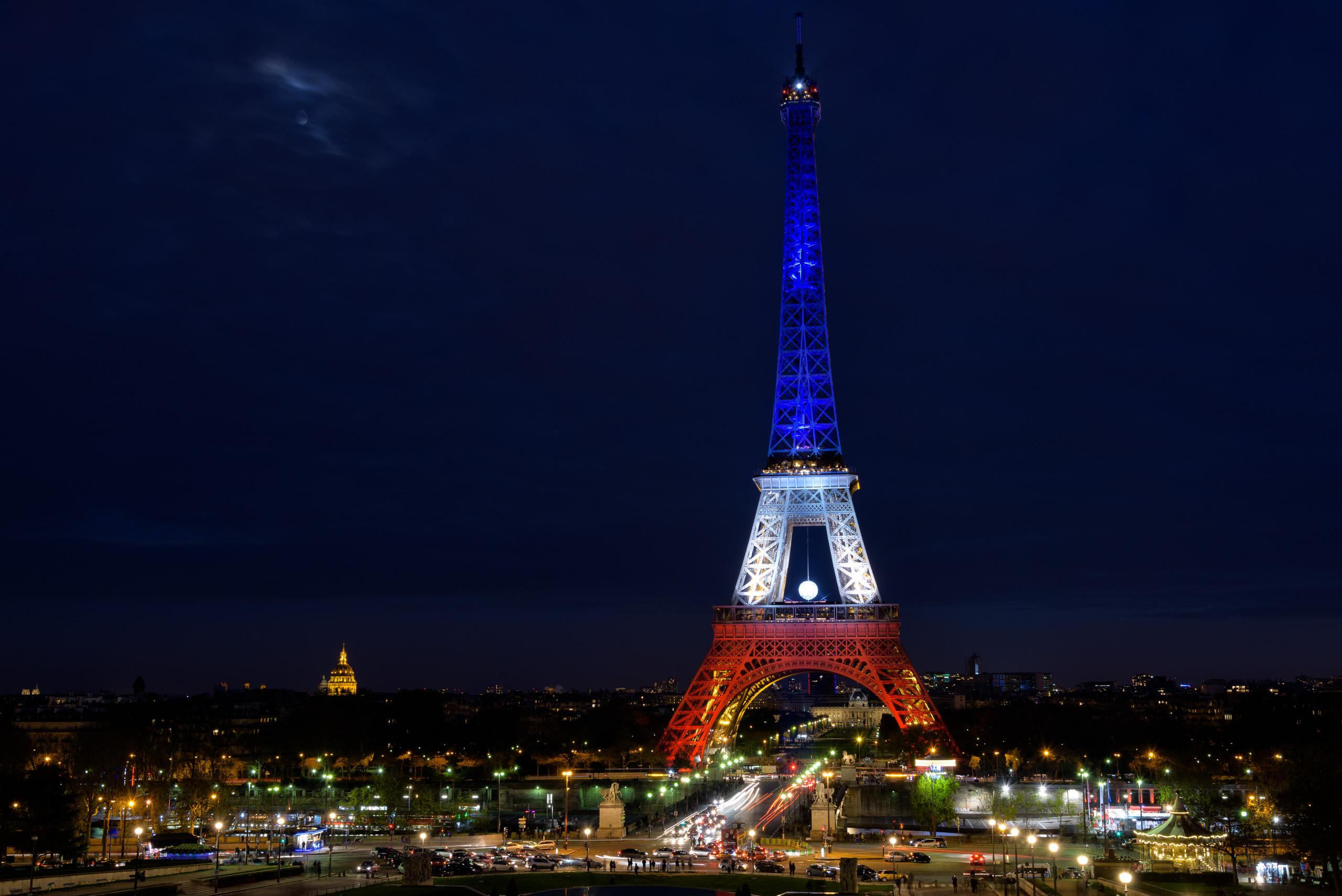 Pour l euro 2016 les twittos vont choisir les couleurs de - Couleur de la tour eiffel ...