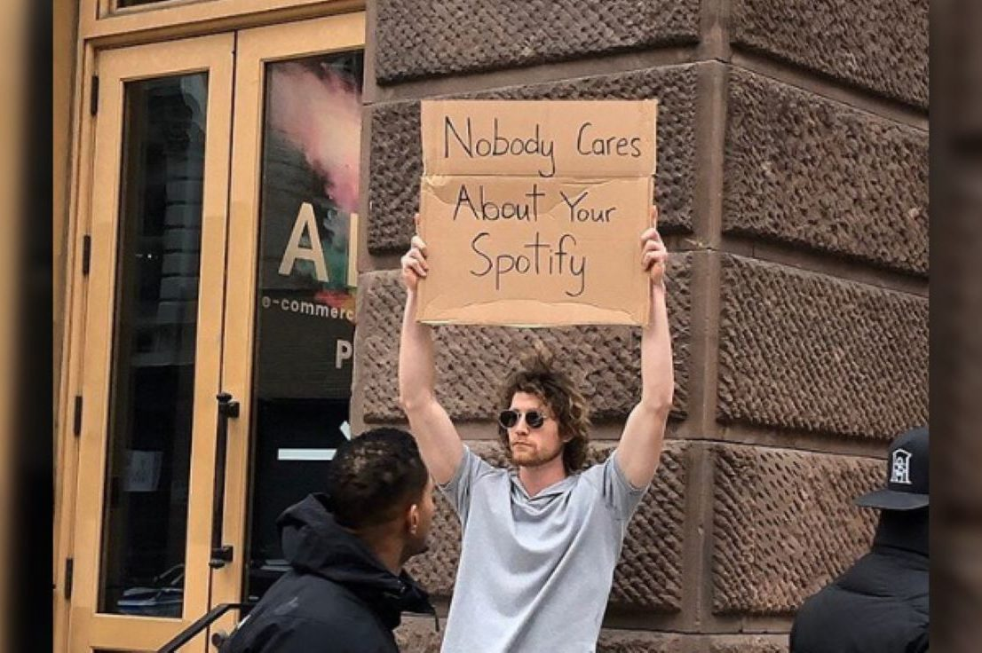 Dude with sign sur Instagram