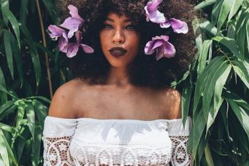 KieraPlease, la naïade aux fleurs dans les cheveux