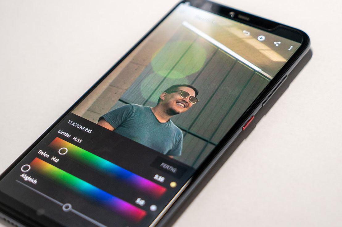 Un smartphone avec LightRoom Mobile